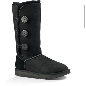 UGG Bailey Triplet with buttons in black.